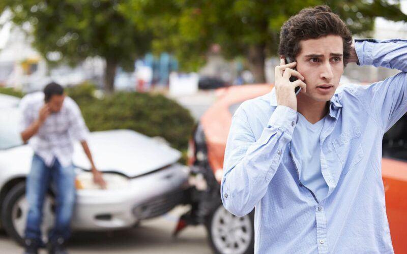 seguro de danos a terceiros: adolescente falando ao telefone